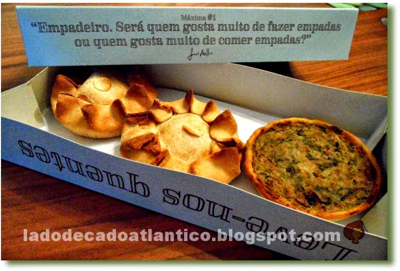 Imagem de uma caixa take-away da Empadaria do Chef José Avillez, com duas empadas de galinha e um de porco preto