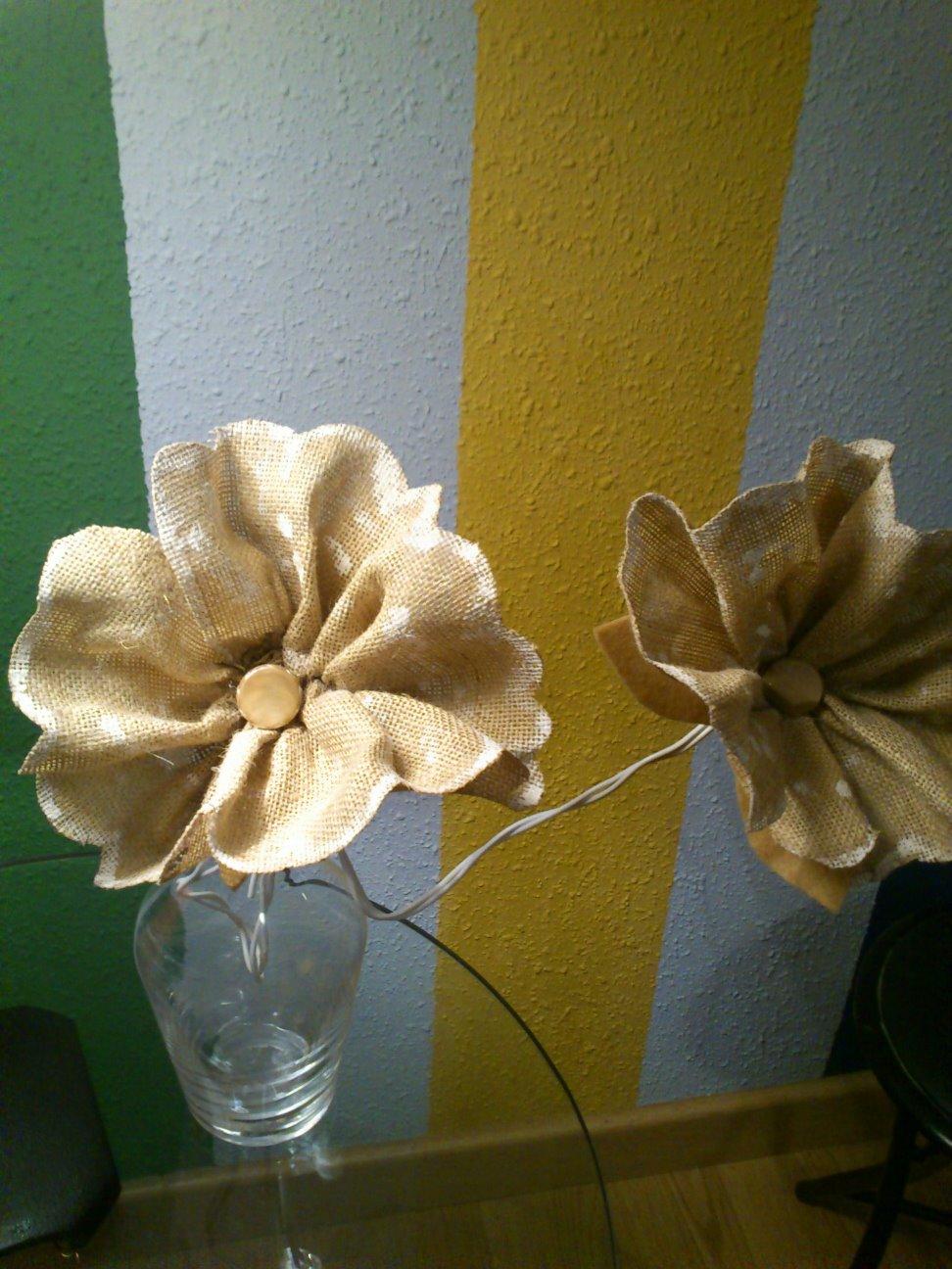 Madiflor flores con tela de saco y fieltro - Cuadros con tela de saco ...