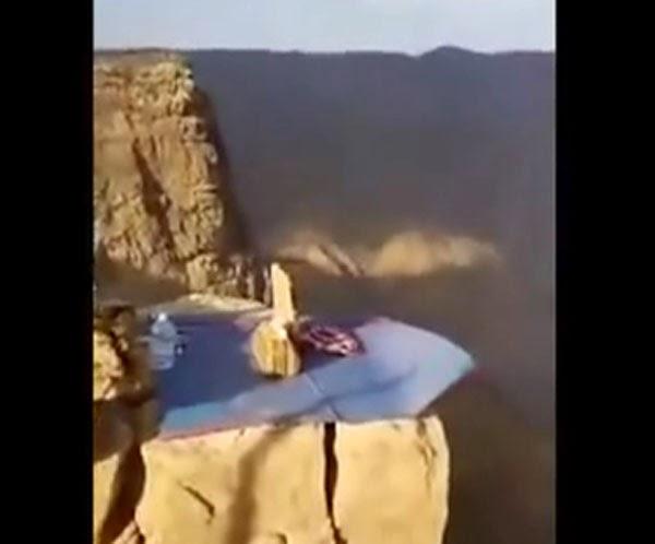 يوتيوب, فيديو, شاب, سعودي, يتناول, الغداء, على, جبل, شاهق, عسير, بعسير