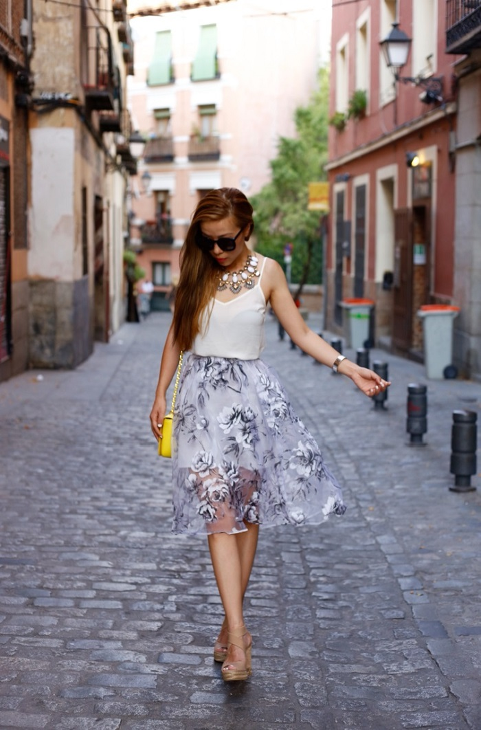 asos petite prom midi skirt in floral oganza, tory burch shoulder bag, asos cami, tory burch wedges, baublebar statement necklace, karen walker super duper sunglasses, madrid, datenight outfit, romantic look, street style, fashion blog