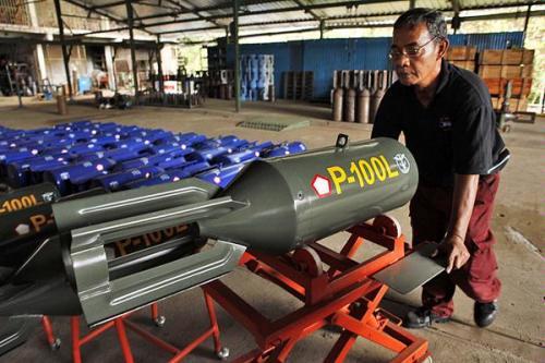 rudal pesawat tempur di dorong petugas