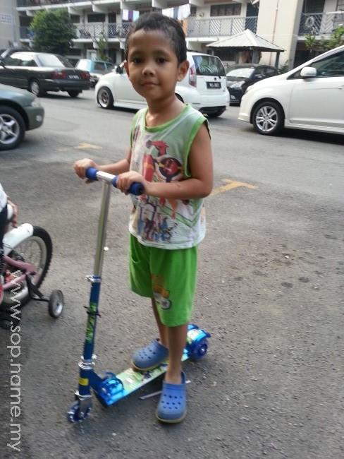 Scooter hadiah puasa Azfar dan Azwar