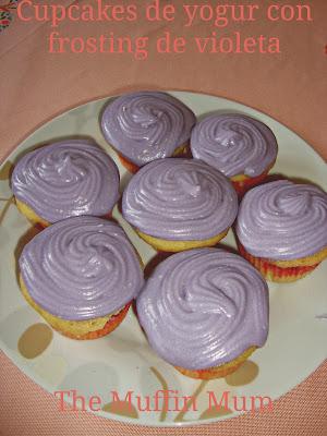 Cupcakes de ypgur con cobertura de violeta