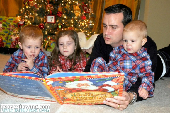 Reading a Favorite Christmas Story {Holiday Photo Tips & Ideas}
