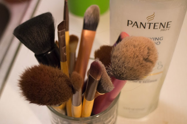 Clarifying shampoo to clean makeup brushes