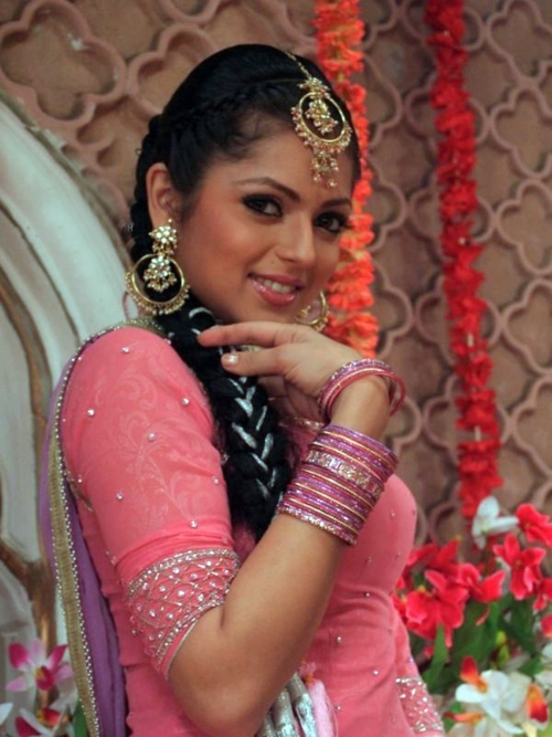 Drashti Dhami Biography And Pictures