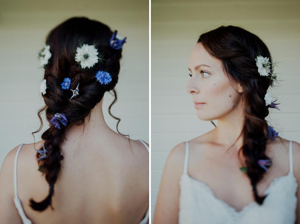 Brudens frisyr i bohem stil med blå och vita blommor