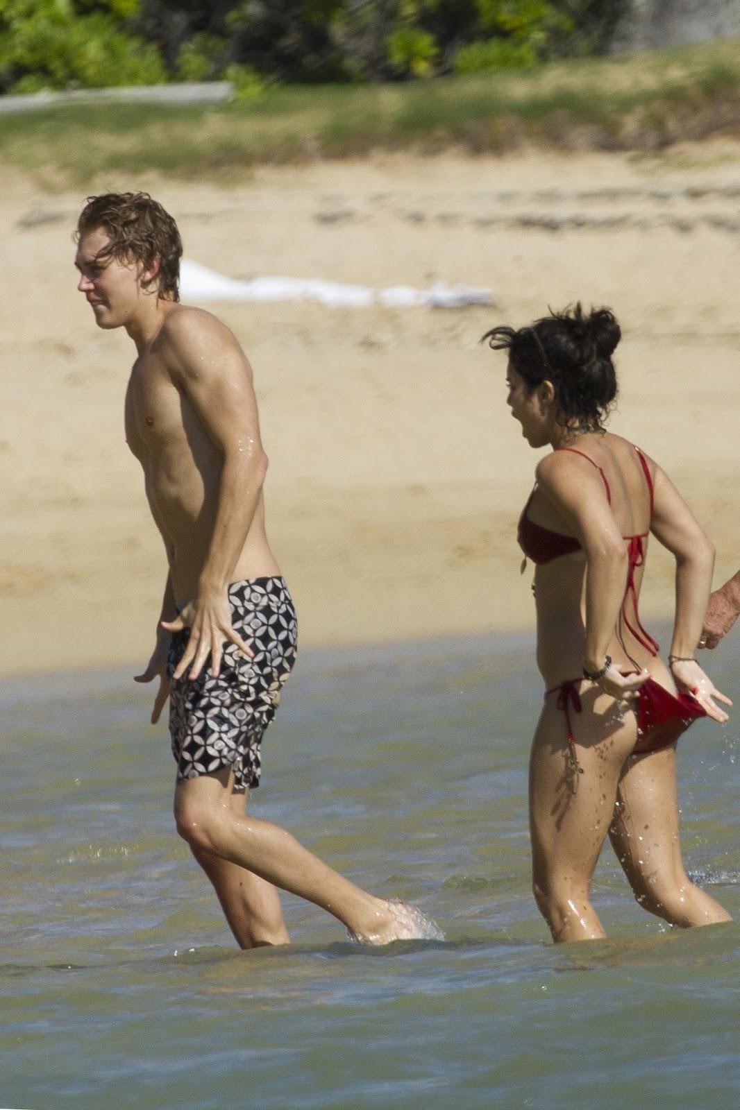 vanessa hudgens topless at the beach