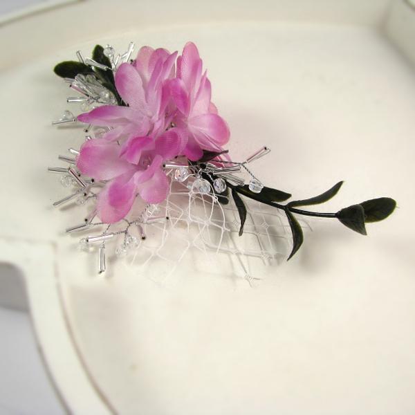 Ślubny stroik do włosów z kwiatkami i woalką.