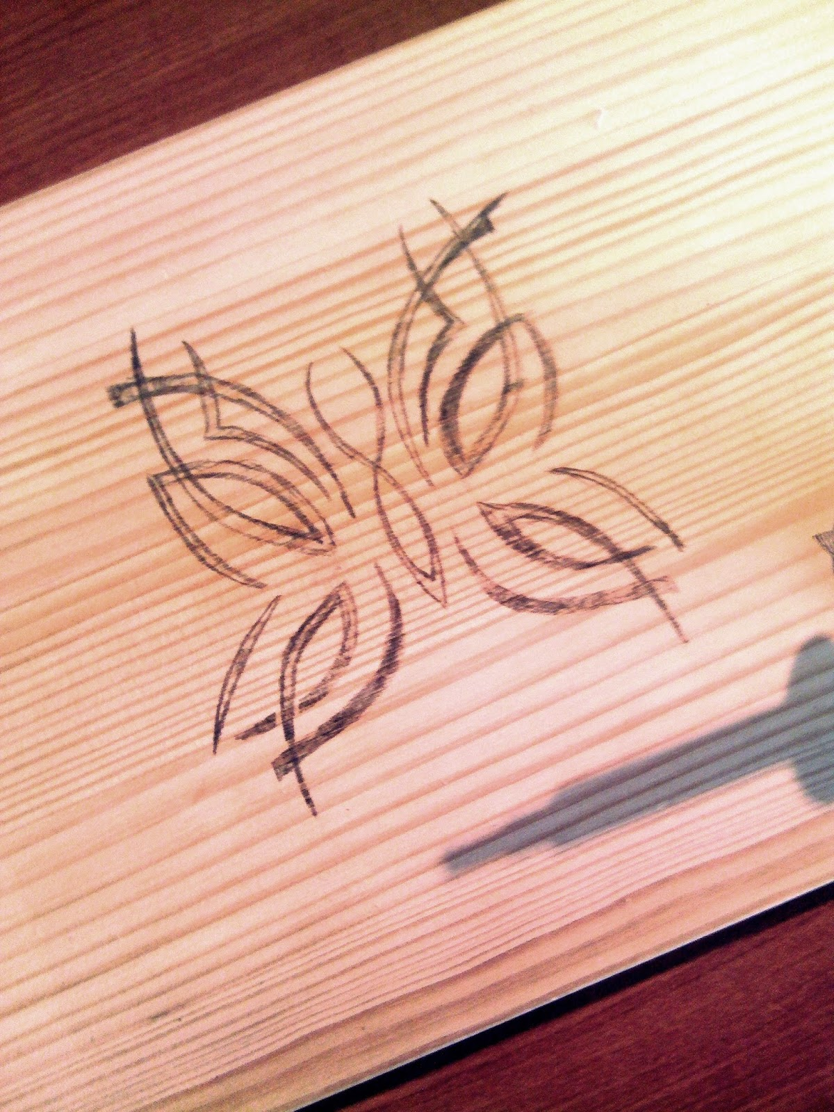 rysunek motyla na drewnie