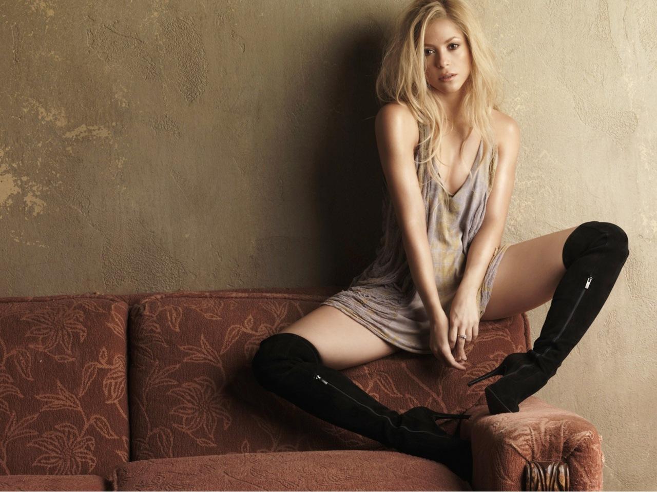 http://3.bp.blogspot.com/-Qv8Ox0UkbRU/TnizjgfW8dI/AAAAAAAABMY/8WGjLPDPeDY/s1600/Shakira_on_Sofa_with_Boots_Leg_innocent_hd_wallpaper_Vvallpaper.Net.jpg