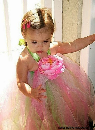 Une jolie petit bébé mignon