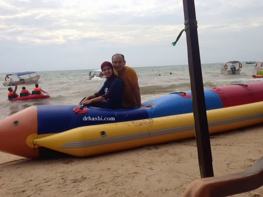 Berkelah sambil naik boat  di Pantai Teluk Kemang, Port Dickson