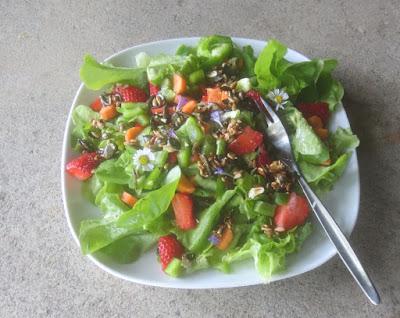 Bunter Salat mit Kürbiskern-Crunch und Erdbeeren