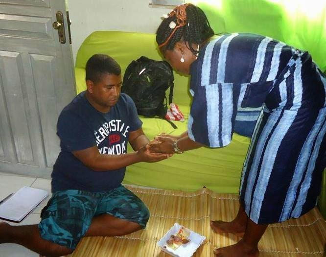Tomando asé com a Iyalorisa Nigeriana Ogunlana Fatungase