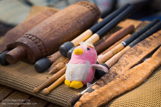ペンギンのぬいぐるみと木製の打楽器