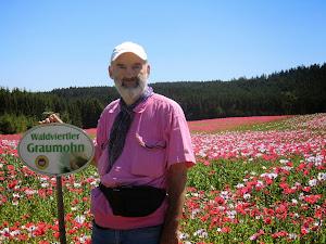 """海曼与品种的牌子合影,它叫""""Graumohn""""。"""