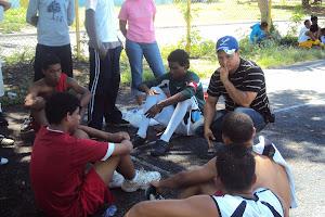 los profesores jose joaquin y luis, dirigiendo el equipo de futsal san juan