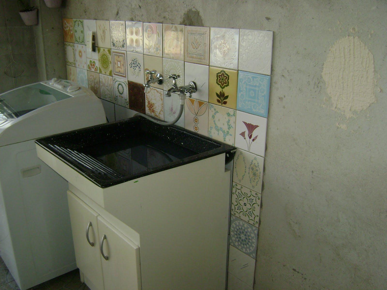 Patchwork de azulejos grafiato na parede e lavanderia quase pronta #5F4E33 1600x1200 Banheiro Com Parede De Grafiato