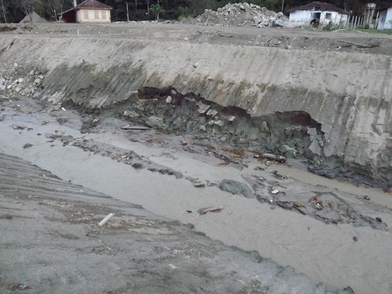 25/06/13-Áreas do rio da Posse aguardam contenção