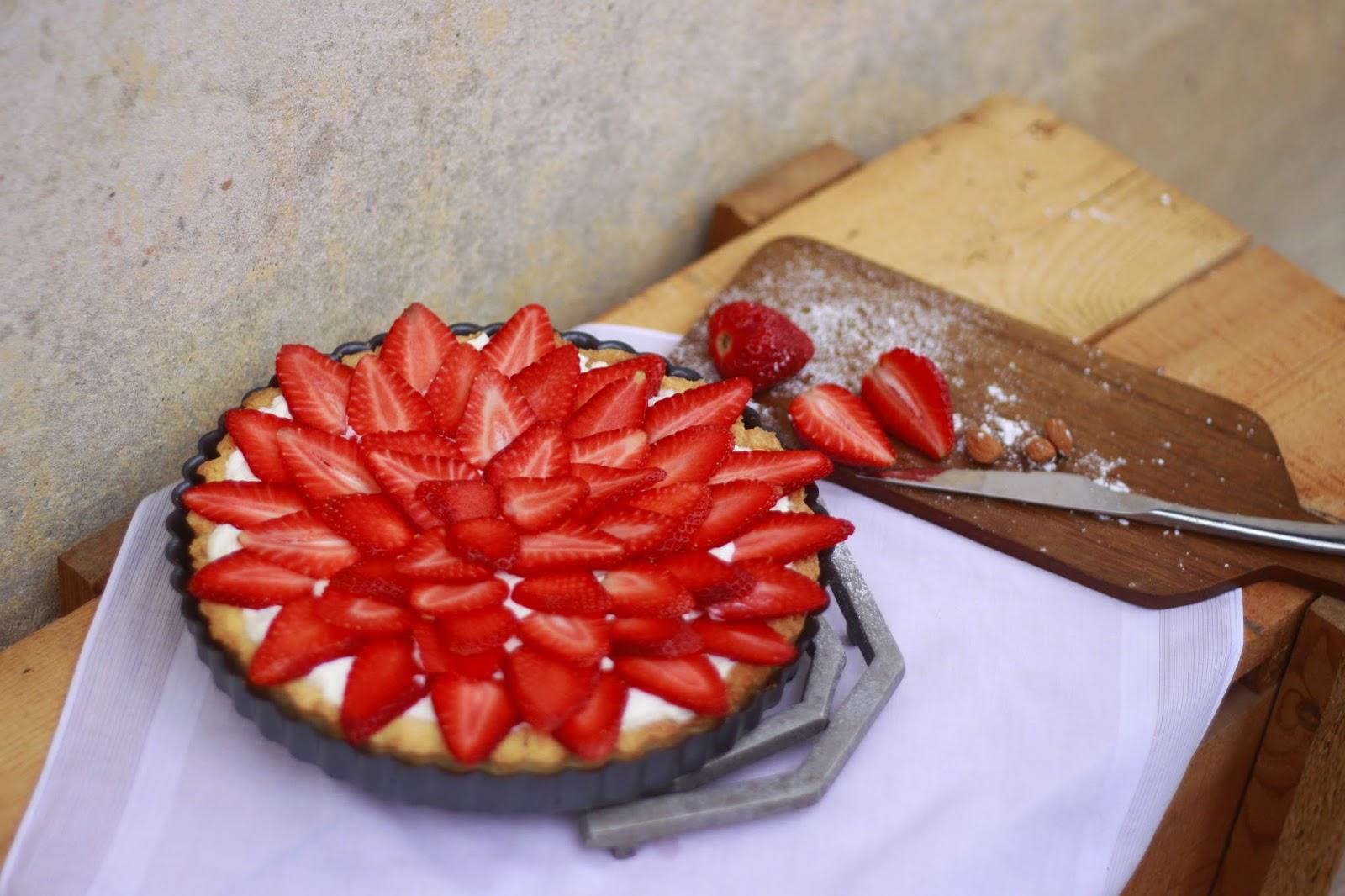 Migdałowo-kokosowa tarta z truskawkami