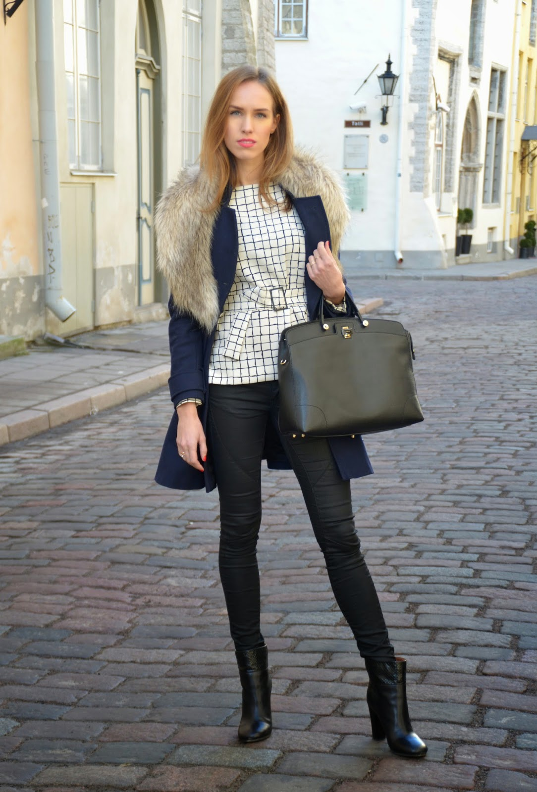 winter-outfit-black-jeans-blue-coat-fur-collar-white-top