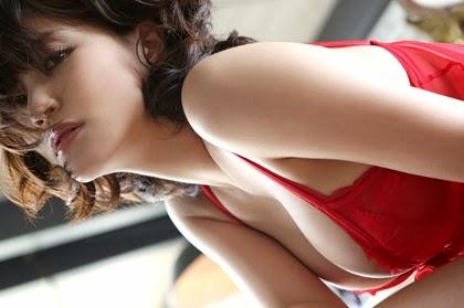 สาวสวยในชุดแดง