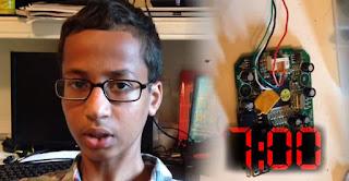 الطفل أحمد محمد مبتكر الساعة يطلب 15 مليون دولار كتعويض