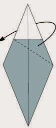 Bước 4: Gấp chéo tờ giấy về phía mặt sau, vị trí gấp là đường đứt đoạn. Khi gấp nhớ để lại lớp giấy màu xanh trên cùng bên trái nhé.