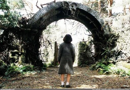 Ofelia (Ivana Baquero) aux portes du labyrinthe de Pan, dans le film de Guillermo del Toro (2006)