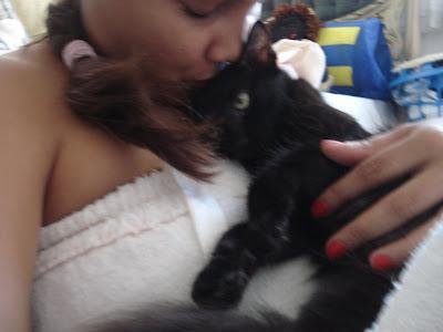 Gata preta Lourdinha, nos braços da mamãe Renata Góes