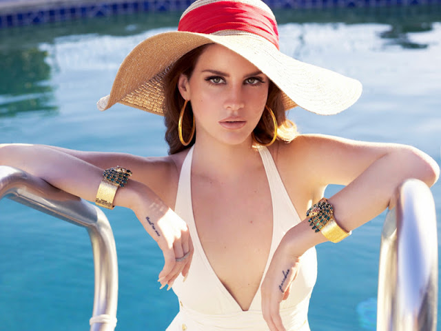 Lana del Rey Sẽy in lingerie