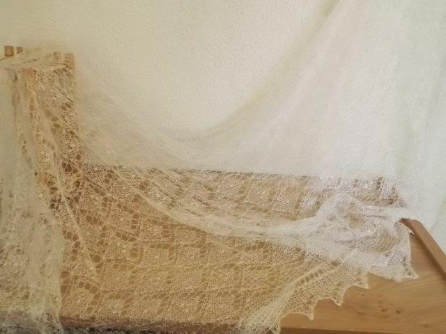 Te koop: wolwitte Bruidssjaal: nieuw binngekomen.