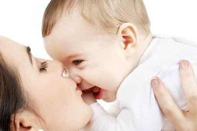 أضرار تقبيل الاطفال من الفم