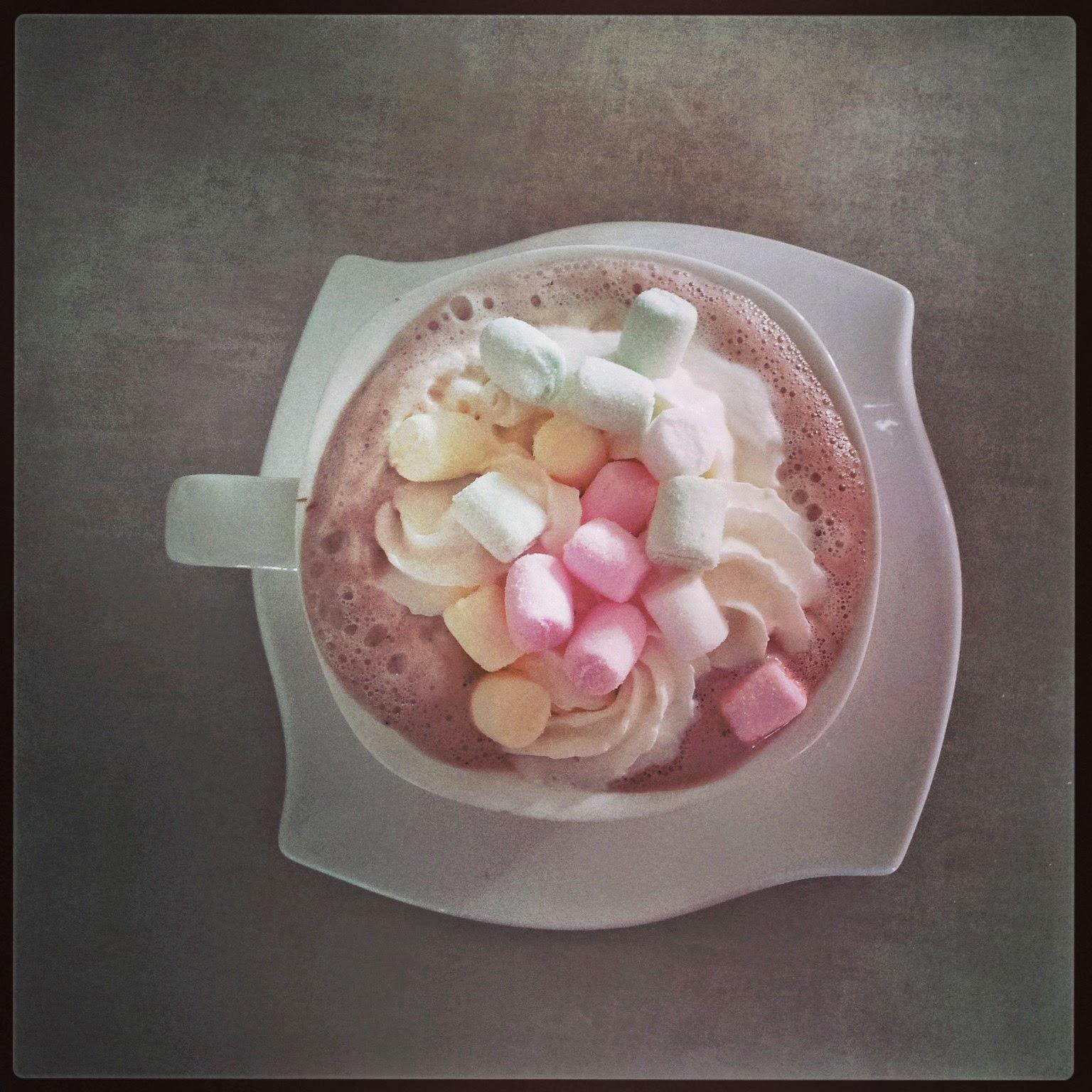 czekolada na gorąco,pianki marshmallow,czekolada na gorąco z bitą śmietaną