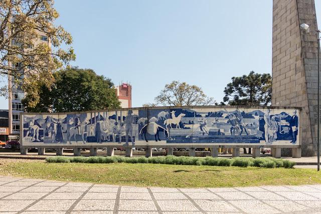 Painel de Poty Lazzarotto na Praça 19 de Dezembro em Curitiba