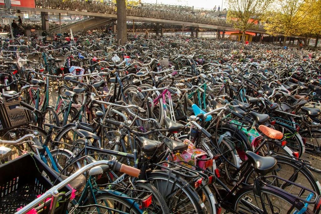 Natuurlijk die hondermiljoenmiljard fietsen hier
