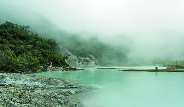 Sedangkan gunung talaga bodas sendiri mempunyai ketinggian 2201 M DPL . Puncak Gunung Talaga bodas merupakan perbatasan kabupaten Garut dan kabupaten