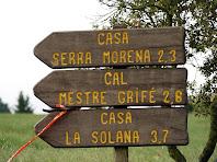 Cartell indicador a diverses masies de Brics, en el lloc de desviament cap al poble