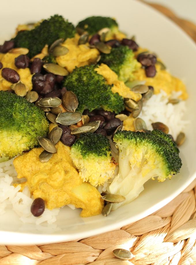 paahdettua parsakaalia ja tahinikastike