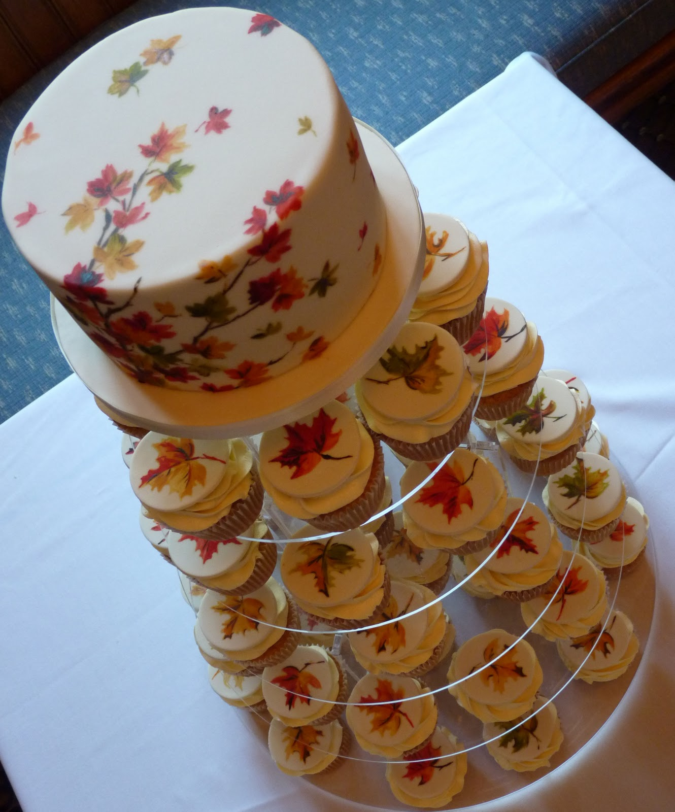 Amelie s House Maple leaf wedding cake