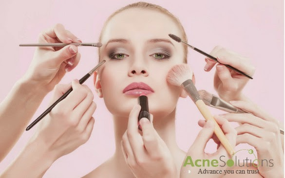 Tránh lạm dụng mỹ phẩm khi đang có mụn cám trên mặt