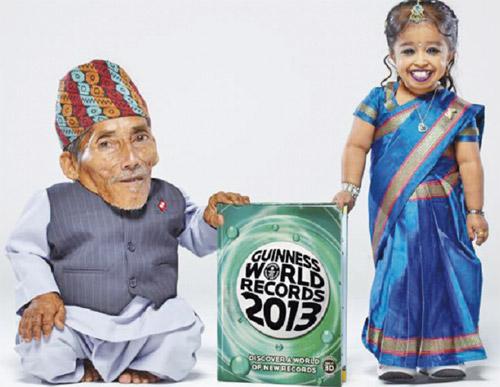CHANDRA bersama Jyoti mempamerkan edisi terbaru Buku Rekod Guinness yang turut memuatkan nama mereka.