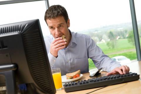 تناول الطعام على مكتبك
