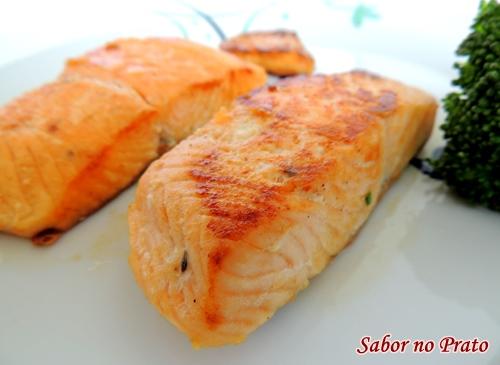 Este salmão é frito na frigideira e com azeite. Fica uma delícia!