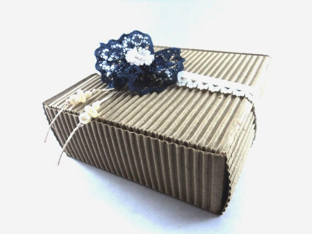 Adorno con cintas, perlas, elástico