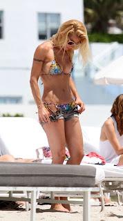 Michelle Hunziker taking off her shorts