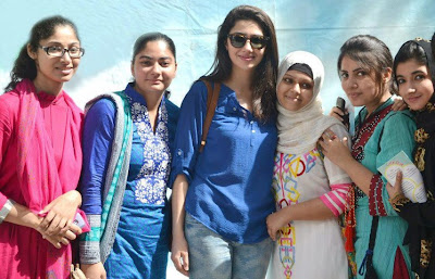 Mahira Khan with fans In Pakistan Celebrities