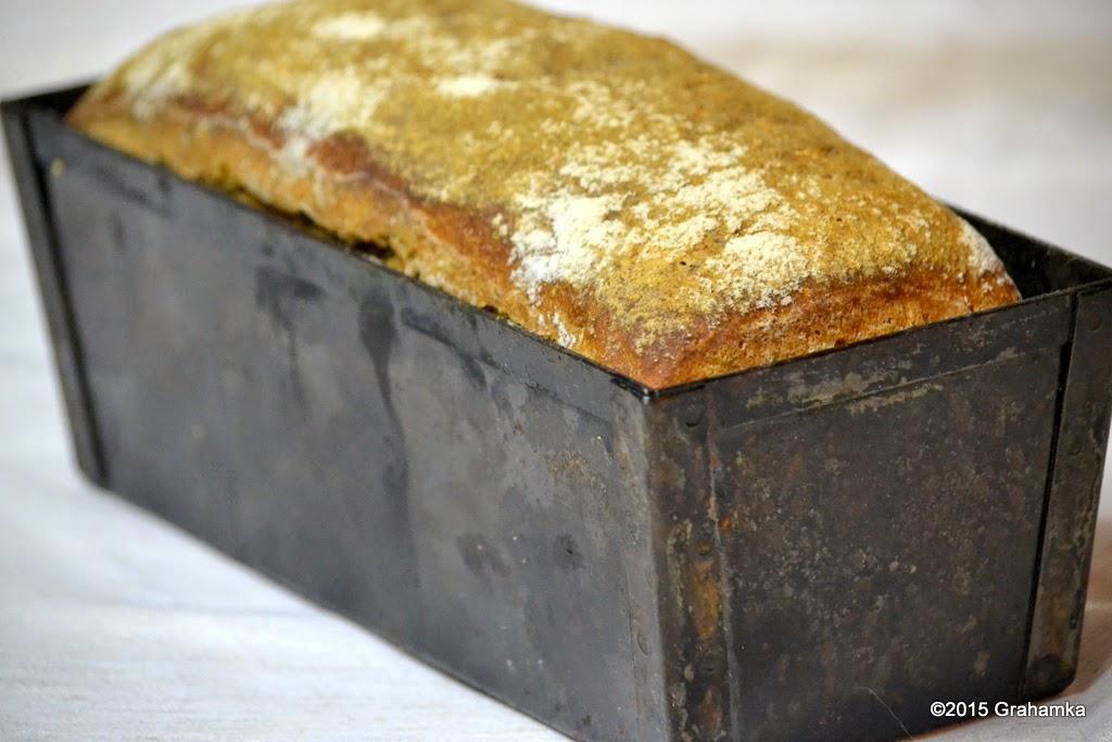 Upieczony chleb w foremce