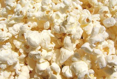 Uno de los ingredientes que contienen las palomitas con sabor a mantequilla aumenta el riesgo de padecer alzhéimer, según revela un nuevo estudio de la Universidad de Minessota (EE UU). Se trata del diacetilo, una sustancia que, además de dar sabor a las palomitas que se cocinan en microondas, se encuentra presente en las margarinas, así como en algunos snacks y caramelos. Según explican Robert Vicen y sus colegas en el último número de la revista Chemical Research in Toxicology, el diacetilo tiene una estructura molecular muy parecida a la sustancia que hace que las proteínas beta-amiloides precipiten en el